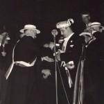 1958 2e Middenstandsbal in Schouwburg De Kring (foto Walravens') Carnavalslied: (op de wijs van...?) (We) zingen allemaal Weg met de zorgen we maken leut ʻt Sjagrijn is de pineut Want is den avond nie lang genoeg Dan gaan we door tot morgenvroeg Zie hoe ze samen nou een walske draaien Wat maken ze plezier ʻt Was nooit zo leutig hier